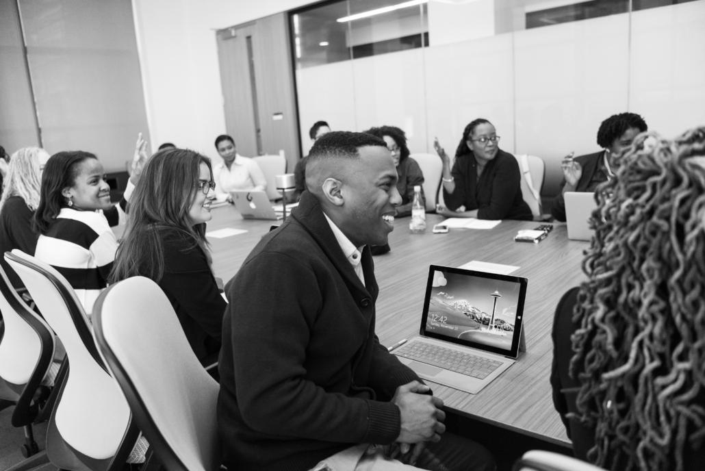équipe en discussion dans salle de réunion